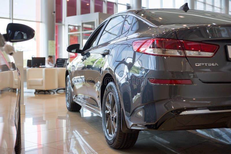 La Russia, Iževsk - 4 luglio 2019: Sala d'esposizione KIA Optimum moderni del Business class dell'automobile Vista laterale e pos fotografia stock libera da diritti