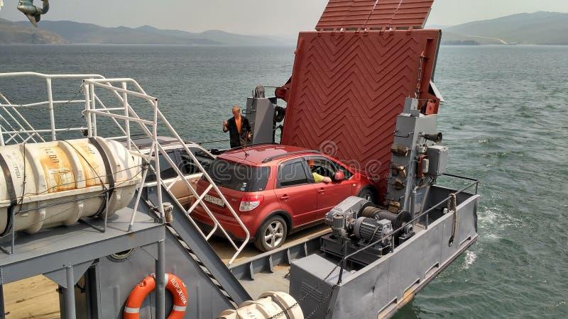 La Russia - 07/11/2016: Incrocio di traghetto all'isola di Olkhon: Traghetto di trasporto - trasporto della gente e delle automob immagini stock