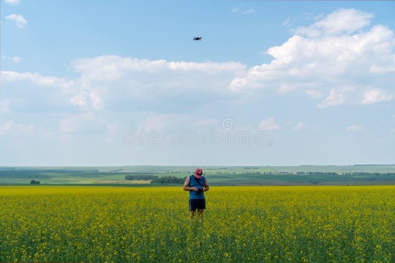 La Russia, Kazan - 23 giugno 2019: Un giovane in uno spiritello malevolo e nei lanci blu della maglietta parlare monotonamente un fotografie stock