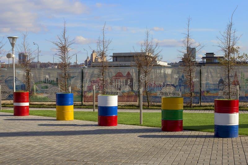 La Russia, Kazan, può 1, 2018, barilotti del ferro sotto forma di bandiere, editoriali immagine stock