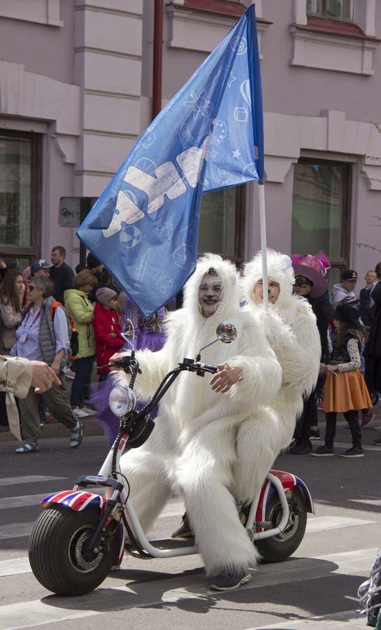 La Russia, Krasnojarsk, giugno 2019: la gente in un costume dell'orso polare su un motociclo immagine stock libera da diritti
