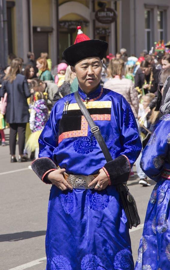 La Russia, Krasnojarsk, giugno 2019: un uomo in un costume nazionale di Buryat fotografia stock libera da diritti