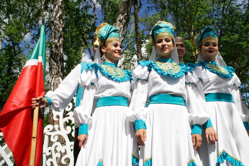 La Russia, Magnitogorsk, - 15 giugno, 2019 Belle ragazze in costumi nazionali - partecipanti della parata della via durante il Sa immagine stock libera da diritti