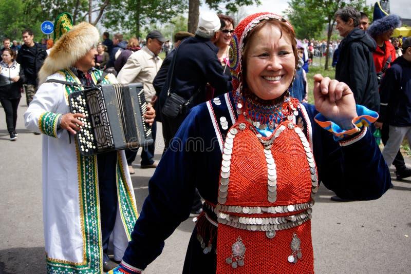 La Russia, Magnitogorsk, - 15 giugno, 2019 Donna che balla sulla via in costume piega durante il Sabantuy - la festa nazionale de immagine stock libera da diritti