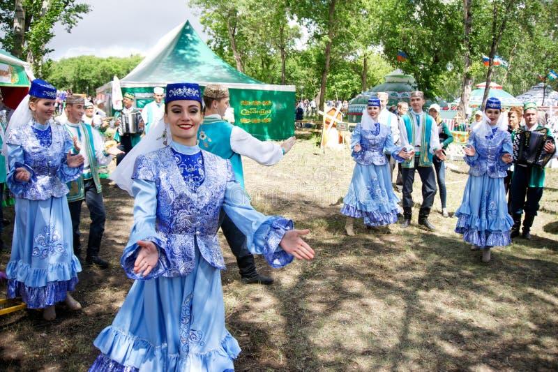 La Russia, Magnitogorsk, - 15 giugno, 2019 Le belle ragazze ballano in costumi nazionali I partecipanti della parata della via du fotografie stock