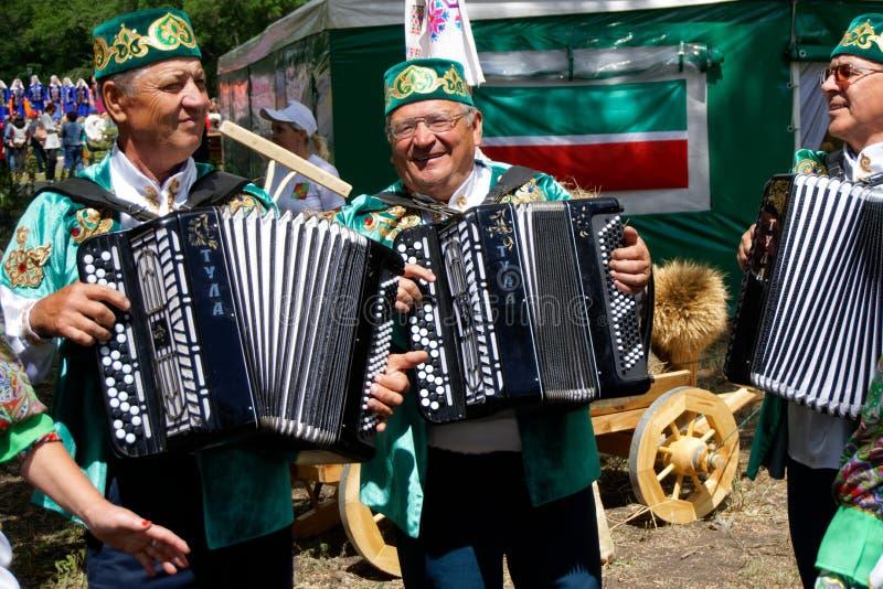 La Russia, Magnitogorsk, - 15 giugno, 2019 Musicisti - fisarmonicisti, partecipanti ad una parata della via durante il Sabantuy - immagine stock