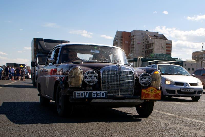 La Russia, Magnitogorsk, - 20 giugno, 2019 Retro automobilistico vecchio Mercedes classico nella condizione di lavoro, giri trami immagine stock