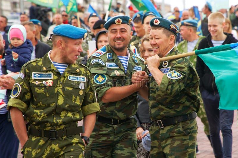 La Russia, Magnitogorsk, il 2 agosto 2019 I paracadutisti celebrano il giorno delle truppe disperse nell'aria sulle vie della cit fotografia stock libera da diritti