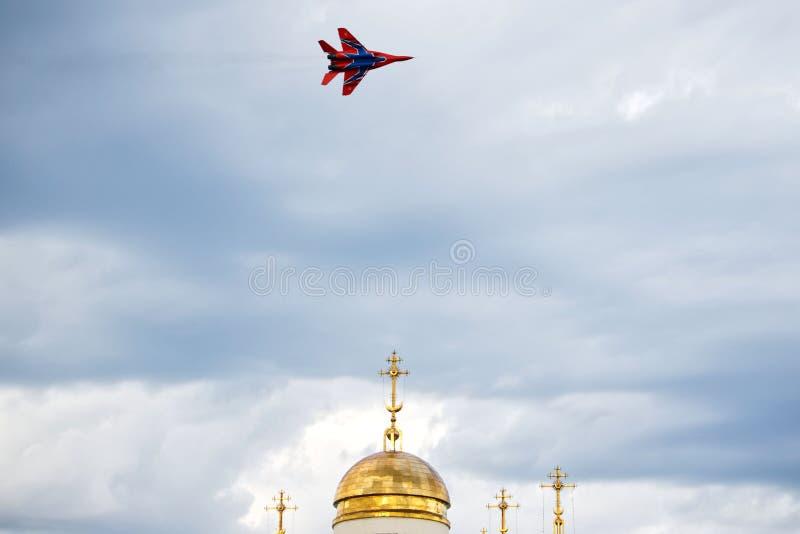 La Russia, Magnitogorsk, - 19 luglio, 2019 Aereo di combattimento russo MIG 29 del fulcro-Un sopra la cupola di una chiesa ortodo fotografie stock