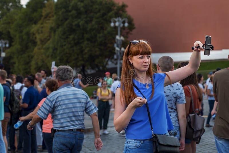 La Russia, Mosca, il 4 agosto 2018, ragazza dai capelli rossi fa un editoriale del selfie immagini stock libere da diritti