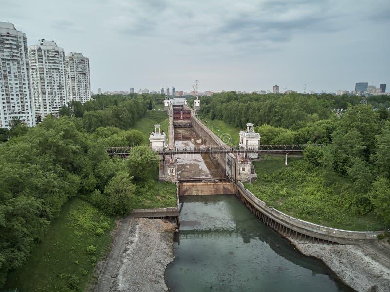 La Russia, Mosca, maggio 2019 - riparazione della chiusa numero 8 sul chanel Mosca-Volga, vista aerea del fuco fotografie stock libere da diritti