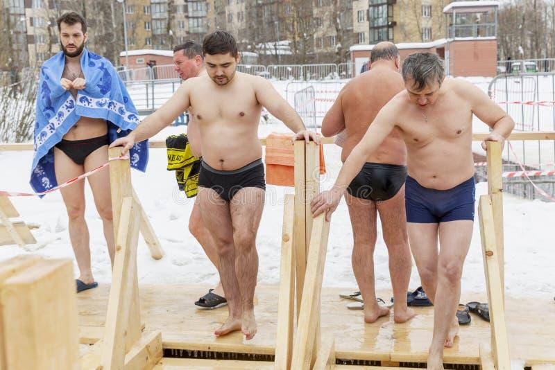 LA RUSSIA, MOSCA, 01 19 2019 Nuotando nel ghiaccio-foro nell'inverno sulla festività di epifania fotografie stock libere da diritti