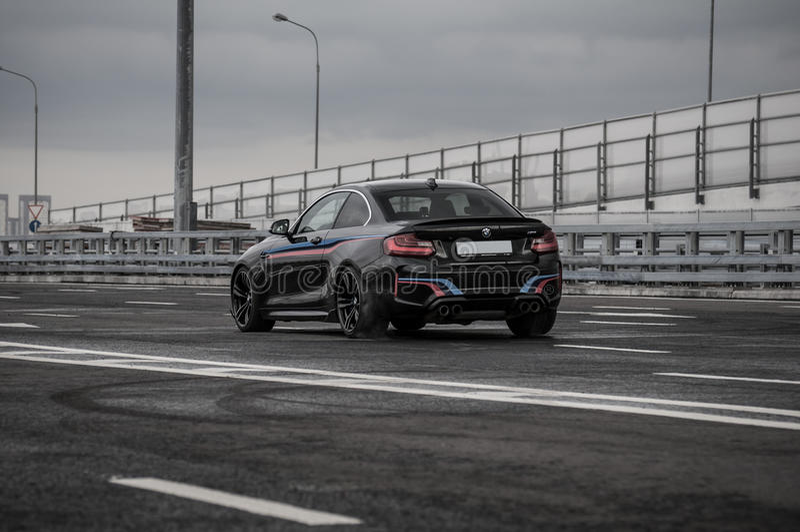 LA RUSSIA, MOSCA - 24 SETTEMBRE 2016 Automobile sportiva di BMW m2 con il pacchetto di prestazione, vista di anteriore-side immagine stock