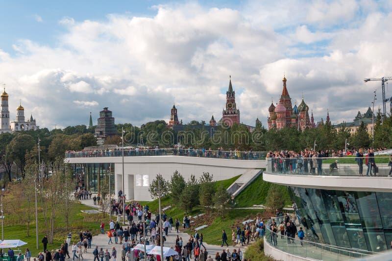 LA RUSSIA, MOSCA - 16 SETTEMBRE 2017: Cremlino di Mosca e vista della cattedrale del ` s del basilico della st e nuovo ponte di P immagini stock libere da diritti