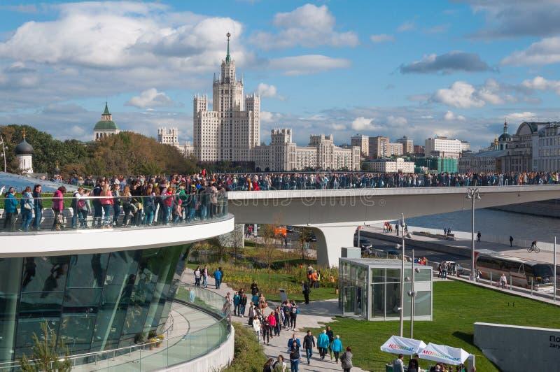 LA RUSSIA, MOSCA - 16 SETTEMBRE 2017: Nuovo ponte sopra il ponte di Poryachiy del fiume di Moskva nel parco di Zaryadye a Mosca i immagine stock libera da diritti