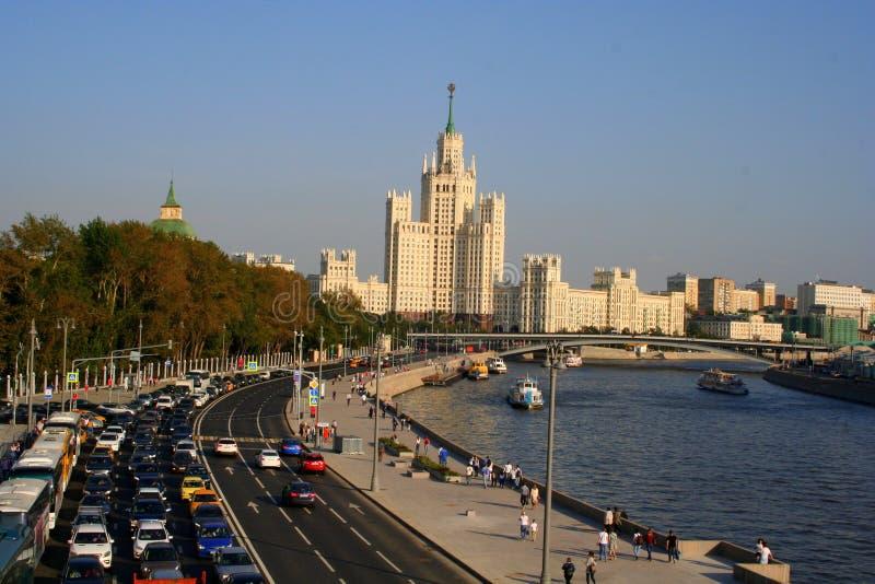 La Russia, Mosca: vista dell'argine del fiume di Mosca immagini stock libere da diritti