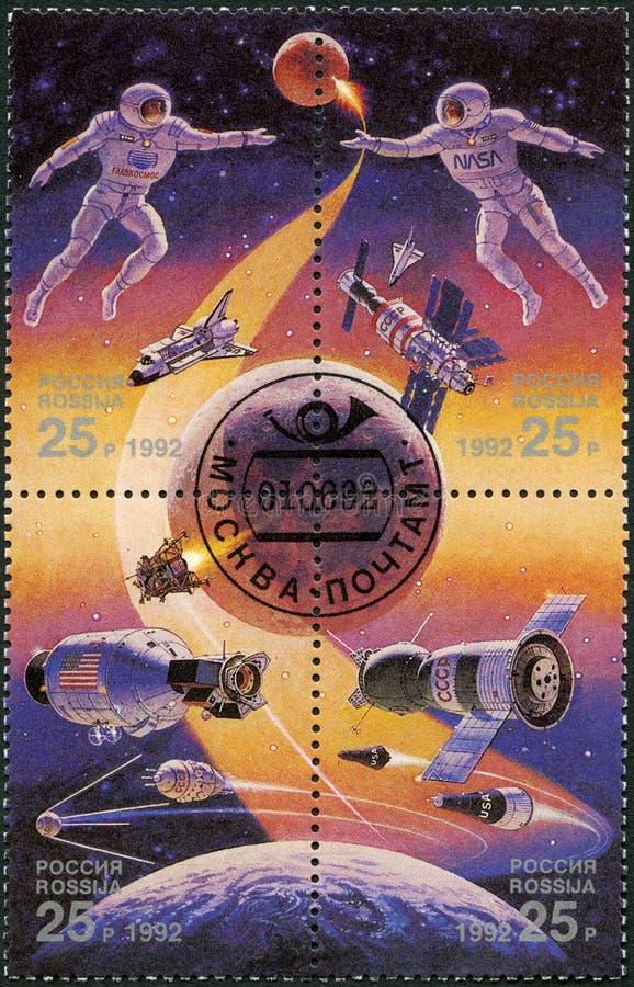 La RUSSIA - 1992: mostra l'astronauta, la stazione spaziale russa e la navetta spaziale, l'esplorazione spaziale, l'anno internaz immagini stock