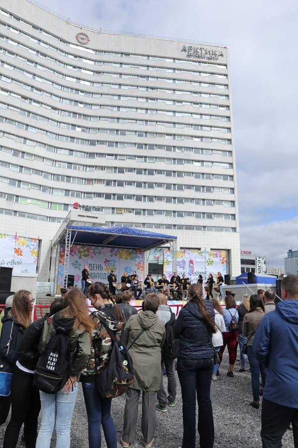 La Russia, Murmansk 24 giugno 2018: celebrazione del giorno russo della gioventù, il pubblico che guarda la prestazione in scena fotografie stock libere da diritti