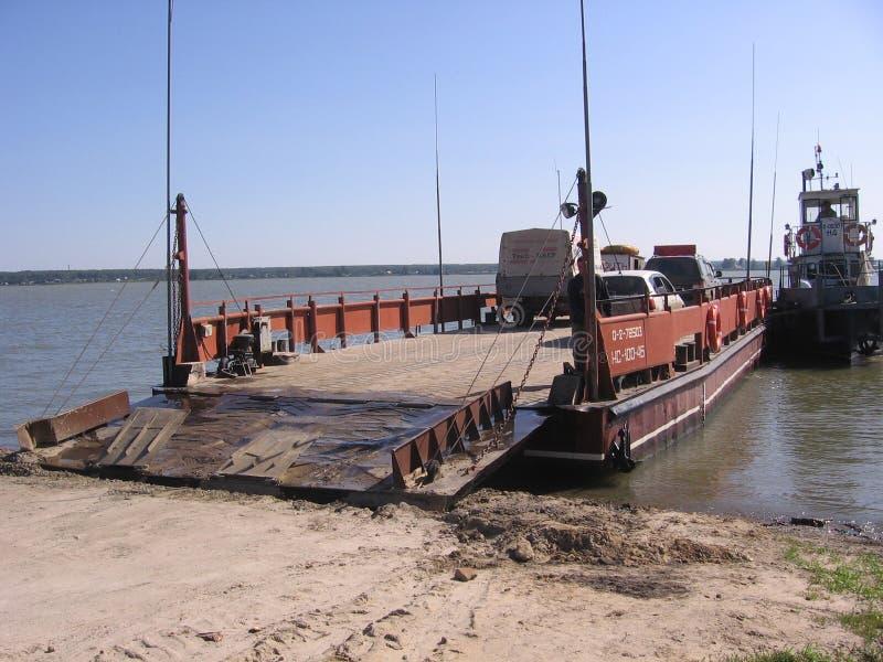 La Russia, Novosibirsk, il 15 luglio 2010: l'incrocio di traghetto sulle automobili del fiume chiama su una grande piattaforma di fotografie stock libere da diritti