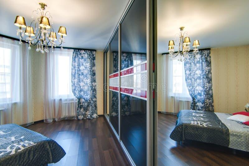 La Russia, Novosibirsk - 7 maggio 2016: appartamento interno della stanza elementi decorativi, grande bello letto nella camera da fotografia stock