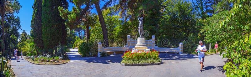 LA RUSSIA, SOCI, IL 30 AGOSTO 2015: Vista panoramica con il ` nell'arboreto, Soci, Russia del ballerino del ` della scultura, il  fotografie stock