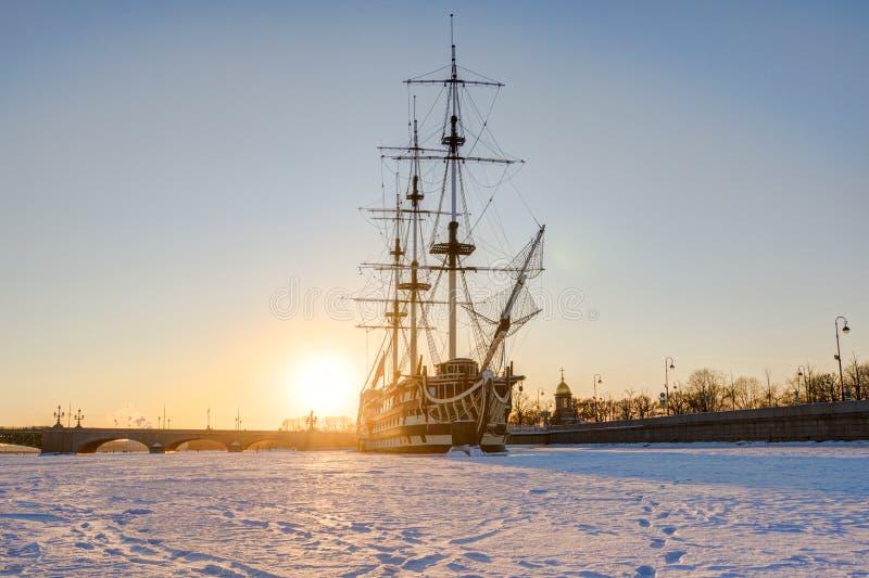 """La Russia, St Petersburg, il 4 marzo 2018: Tolleranza su un gelo, fiume di Neva, tramonto della fregata """" fotografia stock libera da diritti"""