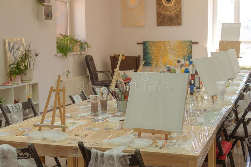 La Russia, Tatarstan, il 21 aprile 2019 Classe di disegno dei bambini Cavalletto, tele, pitture sulla tavola Studenti aspettanti  immagini stock