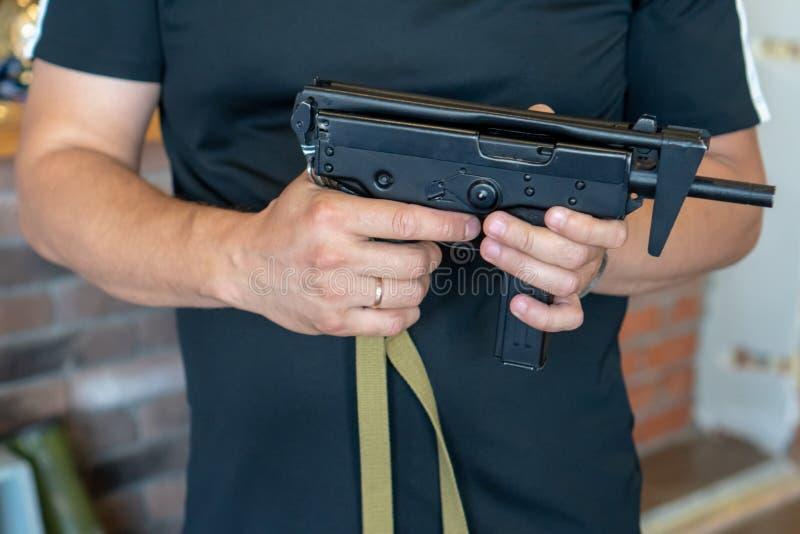 La Russia, Tatarstan, il 23 giugno 2019 Mitragliatrice leggera di 91 Kedr Un uomo tiene una mitragliatrice in sua mano sui preced fotografia stock libera da diritti