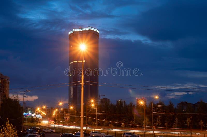 La Russia, Tatarstan, il 27 luglio 2019 Il distretto aziendale proviene lontano da questo distretto residenziale principalmente p fotografie stock libere da diritti