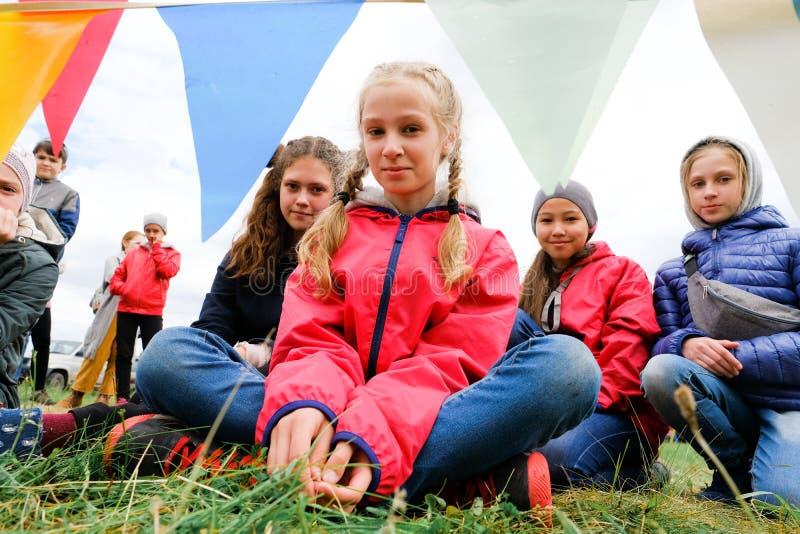 La Russia, Tjumen', 15 06 2019 Bambini delle età differenti e dello sguardo sorridente delle corse alla macchina fotografica fotografia stock