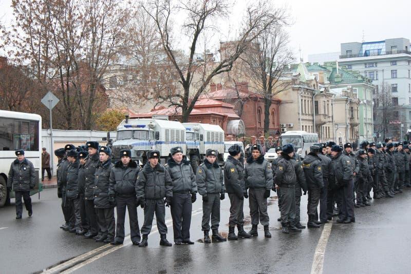 La Russia. Un cordone della polizia sulla manifestazione di massa immagine stock