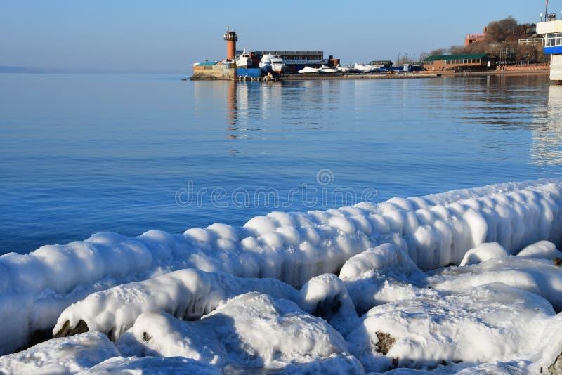 La Russia, Vladivostok, baia dell'Amur nell'inverno vicino alla spiaggia ?giubileo ? immagine stock libera da diritti