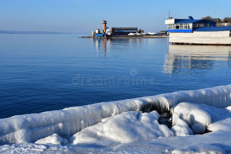 La Russia, Vladivostok, baia dell'Amur nell'inverno vicino alla spiaggia ?giubileo ? fotografie stock