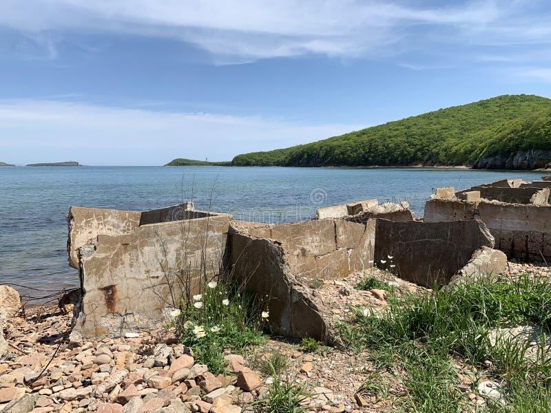 La Russia, Vladivostok, l'isola di Shkot Resti dei serbatoi di calcestruzzo per salare pesce immagine stock