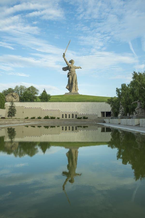 La Russia, Volgograd - 23 maggio 2018: La patria della scultura - il centro composizionale dell'monumento-insieme agli eroi fotografie stock libere da diritti