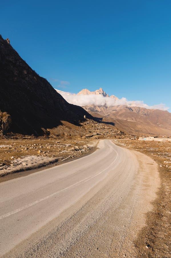 La Russie Basculez Likoran dans Balkaria supérieur dans les nuages Paysage d'hiver des montagnes chauves photos stock