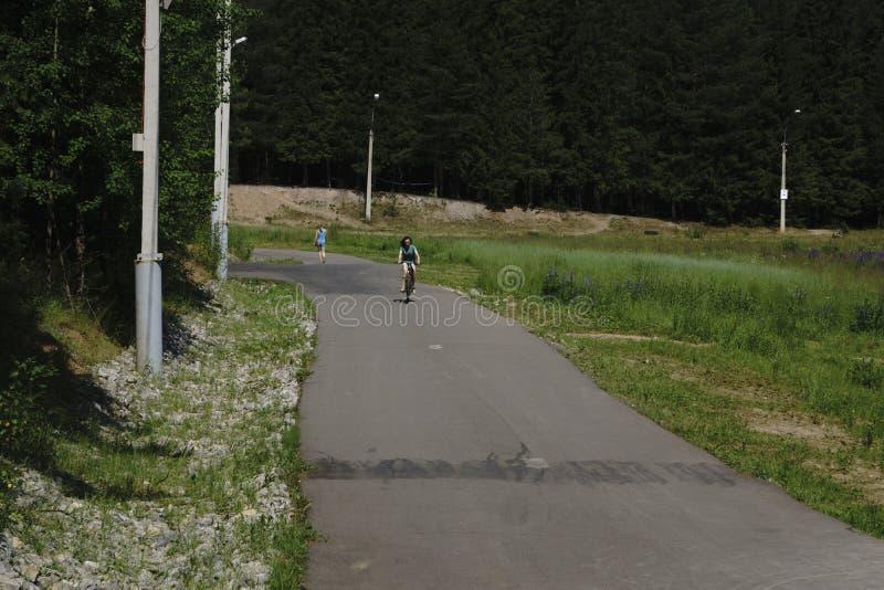 La Russie - Berezniki le 15 juillet 2017 : fonctionnement actif du ` s de famille et d'enfants, faire du vélo, faisant du roller photographie stock
