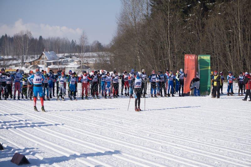 La Russie Berezniki le 11 mars 2018 : les skieurs concurrencent au grand dans l'olympique d'hiver du ` s d'hommes images libres de droits