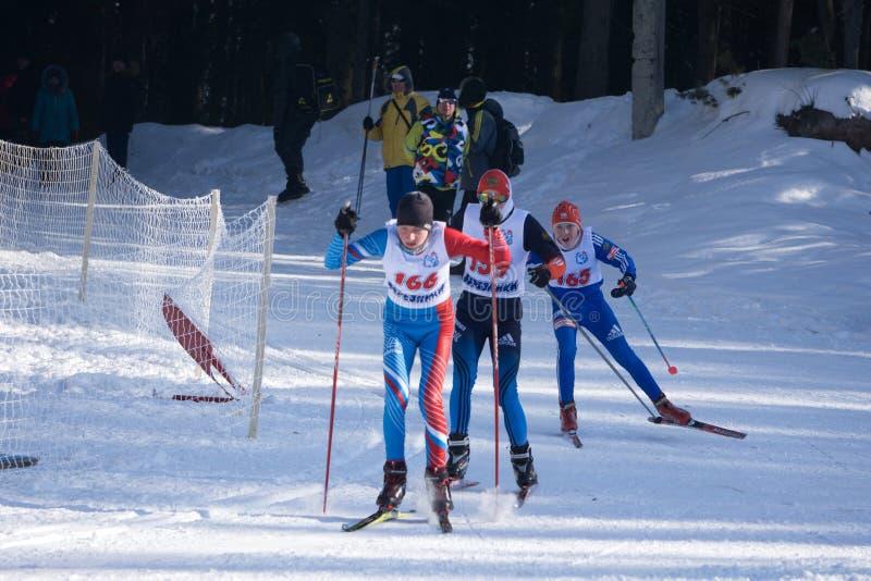 La Russie Berezniki le 11 mars 2018 : principal trois skieurs dans un tournoi parallèle de ville pendant la semaine avant les Jeu photos stock