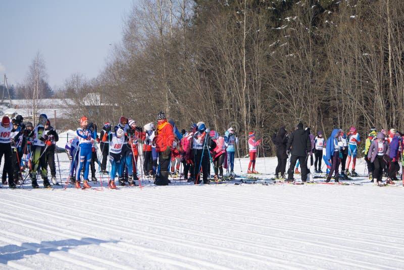 La Russie Berezniki le 11 mars 2018 : un groupe de skieur-athlètes au début pendant l'emballage de ski de coupe du monde photo libre de droits
