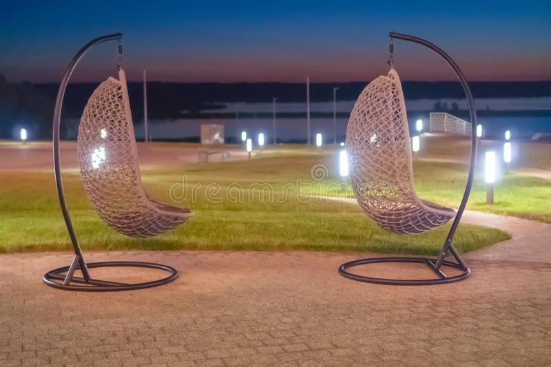 La Russie, Bolgar - 8 juin 2019 Kol Gali Resort Spa : Rotin deux accrochant les chaises en osier contre la mer image libre de droits