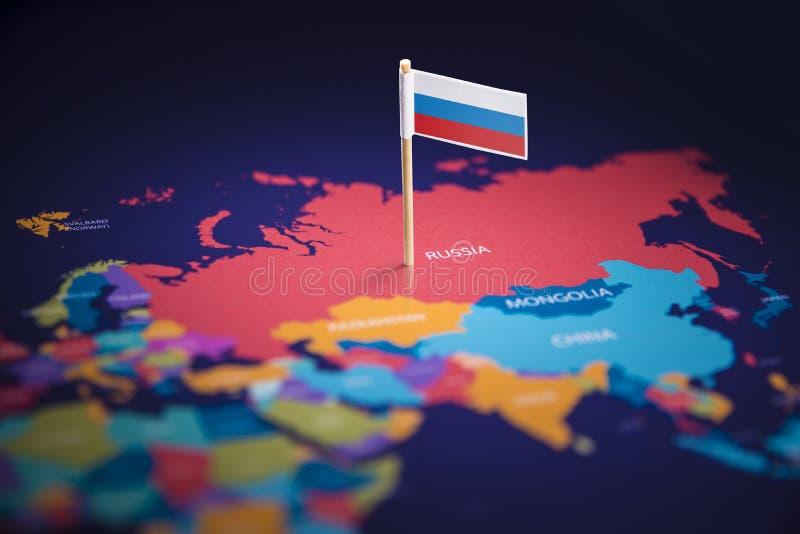 La Russie a identifié par un drapeau sur la carte photos stock
