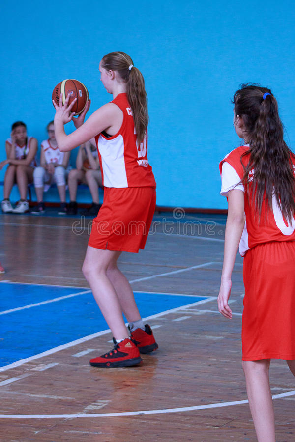 La Russie, Izhevsk - 26 avril 2017 : Équipe de basket femelle de lycée jouant le jeu photos libres de droits