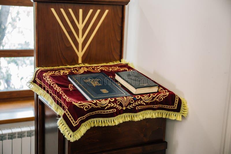 La Russie, Kaluga - VERS en août 2018 : Synagogue à l'intérieur avec des livres de Torah au stand photo libre de droits