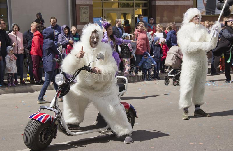 La Russie, Krasnoïarsk, juin 2019 : les gens dans un costume d'ours blanc sur une moto photo stock