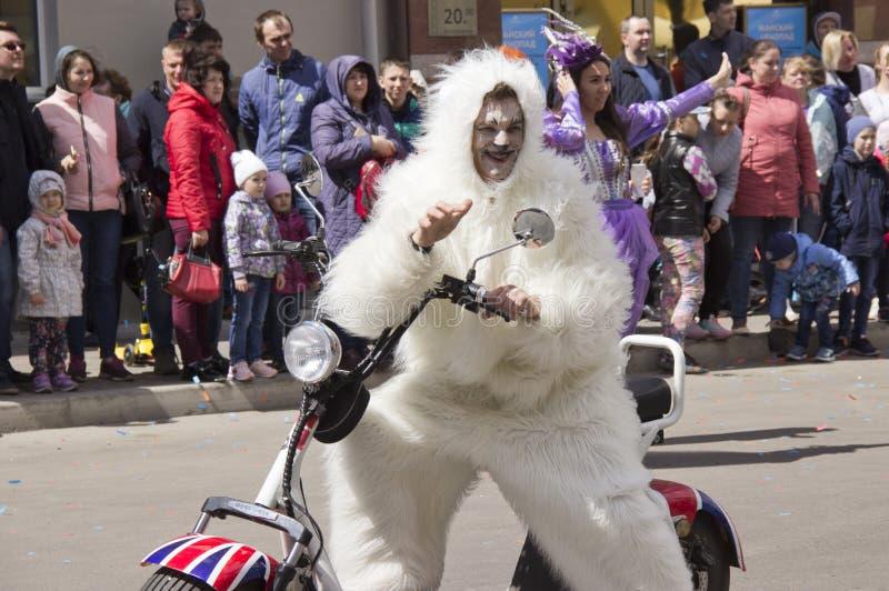 La Russie, Krasnoïarsk, juin 2019 : les gens dans un costume d'ours blanc sur une moto photographie stock