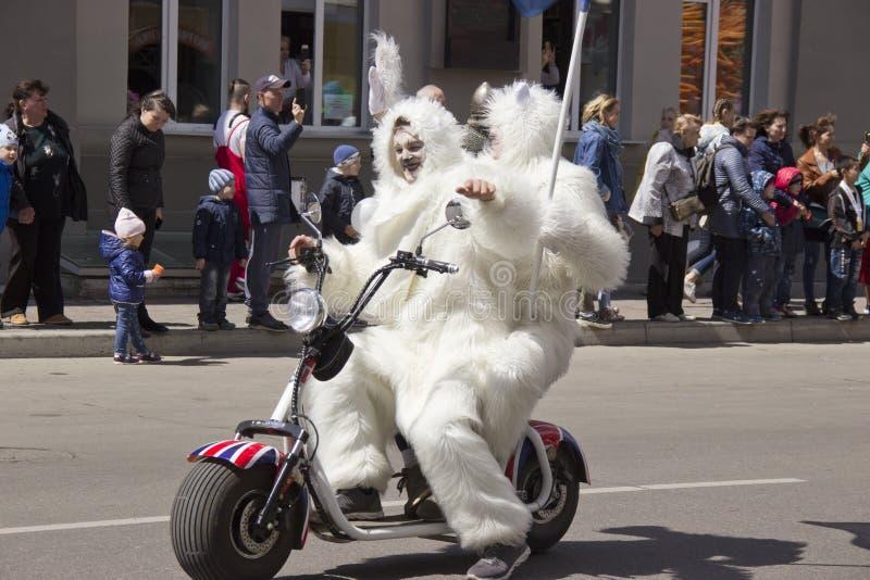 La Russie, Krasnoïarsk, juin 2019 : les gens dans un costume d'ours blanc sur une moto photos libres de droits