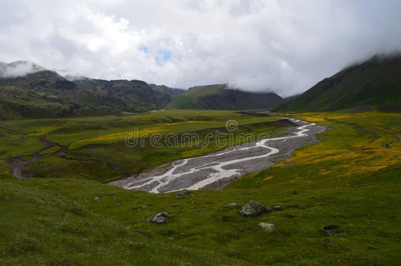 La Russie, le Caucase sur le chemin au camp de base d'Elbrus du nord photographie stock libre de droits