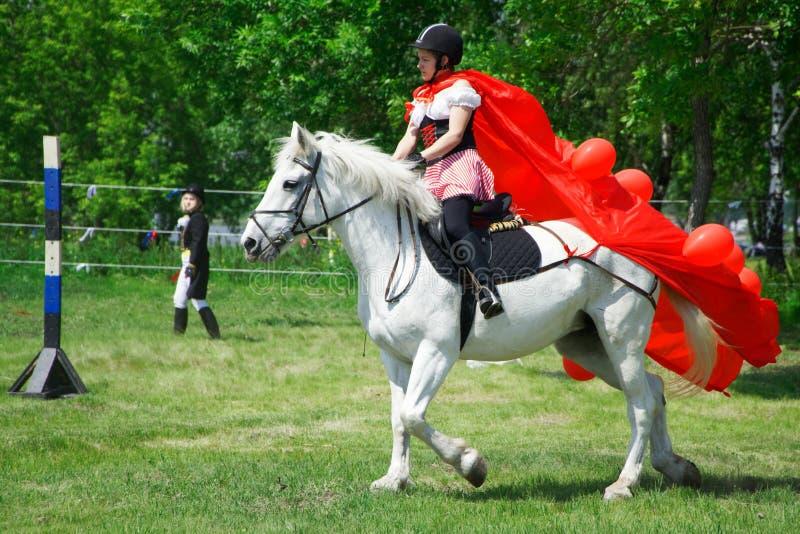 La Russie, Magnitogorsk, - juin, 23, 2018 La fille en rouge sur un cheval pendant le Sabantuy est des vacances folkloriques de la image stock