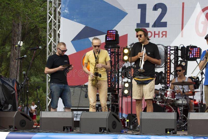 12-06-2019, la Russie, Moscou, jour de la Russie Orchestre joyeux du jazz-band 1l2 de concert en parc de Sokolniki Percussion de  photographie stock